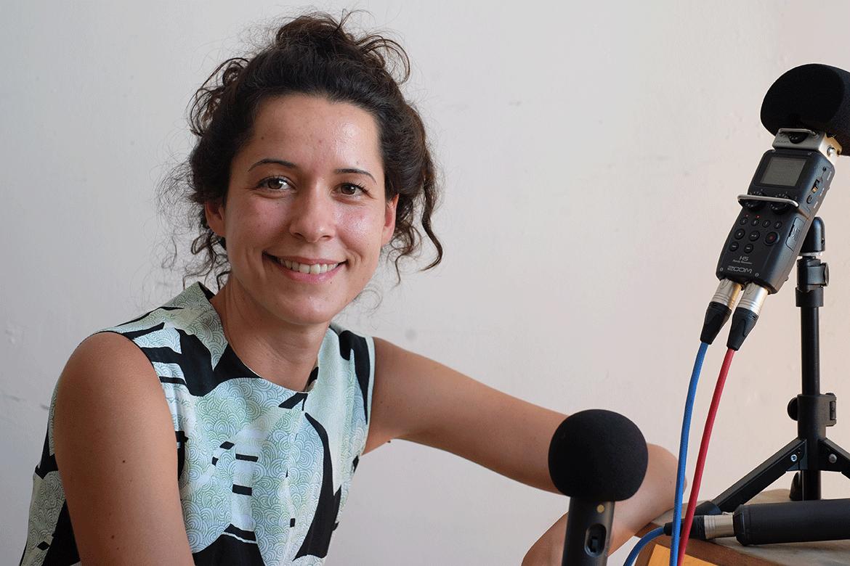 Nina Gospodin mit Aufnahmegerät fü den Kanal Fatal Podcast
